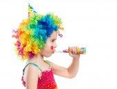 Fotografia Vista di profilo della bambina nella parrucca del pagliaccio