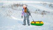 Fotografie Kleines Mädchen geht für Winter-Folie