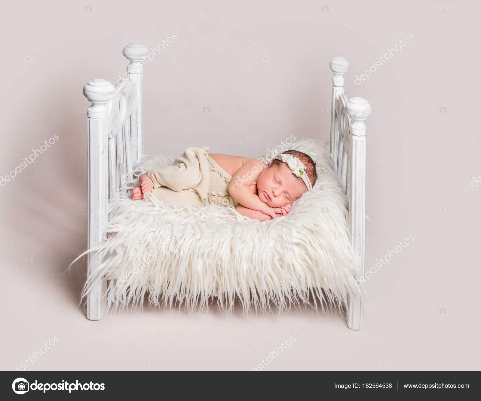 Hermoso bebé recién nacido en cuna pequeña — Fotos de Stock ...