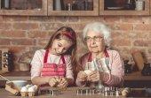 Fényképek Idős asszony tanítás egy kislány sütni a cookie-k
