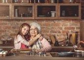 Fényképek Unokája ölelés neki boldog nagymama