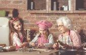 Fényképek Kis unokája Segíts Néne sütni a cookie-k