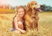 Fényképek boldog kis lány kutyájával