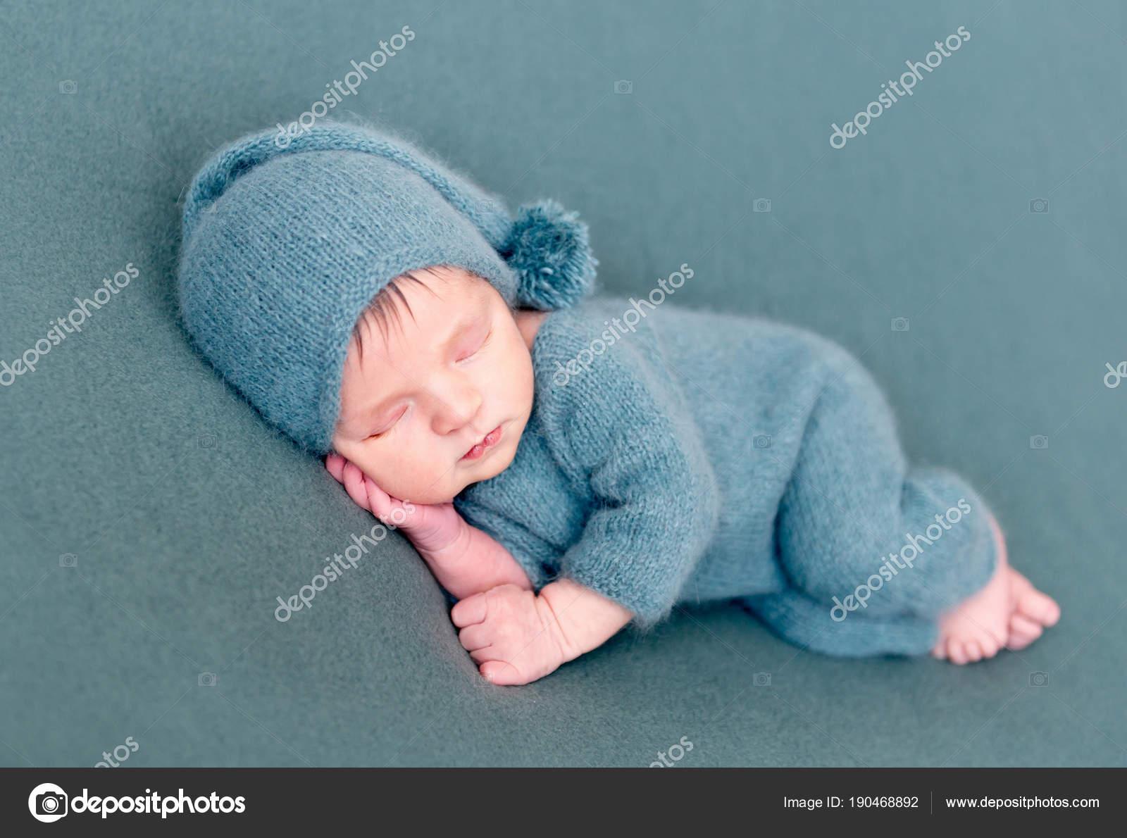 Bambino neonato che dorme in costume di lana con piedi nudi — Foto ...