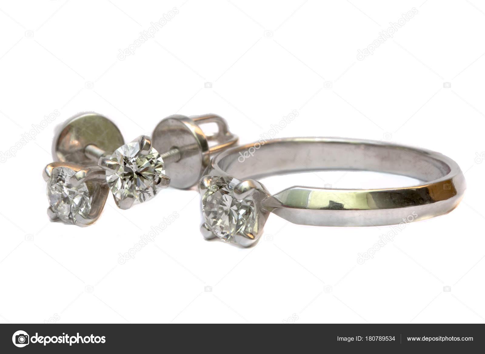 0a45ea7ad Prsten s diamantem a diamantové náušnice, šperky na bílém pozadí. Luxusní  diamantový snubní prsten a náušnice diamond izolované na bílém– stock  obrázky