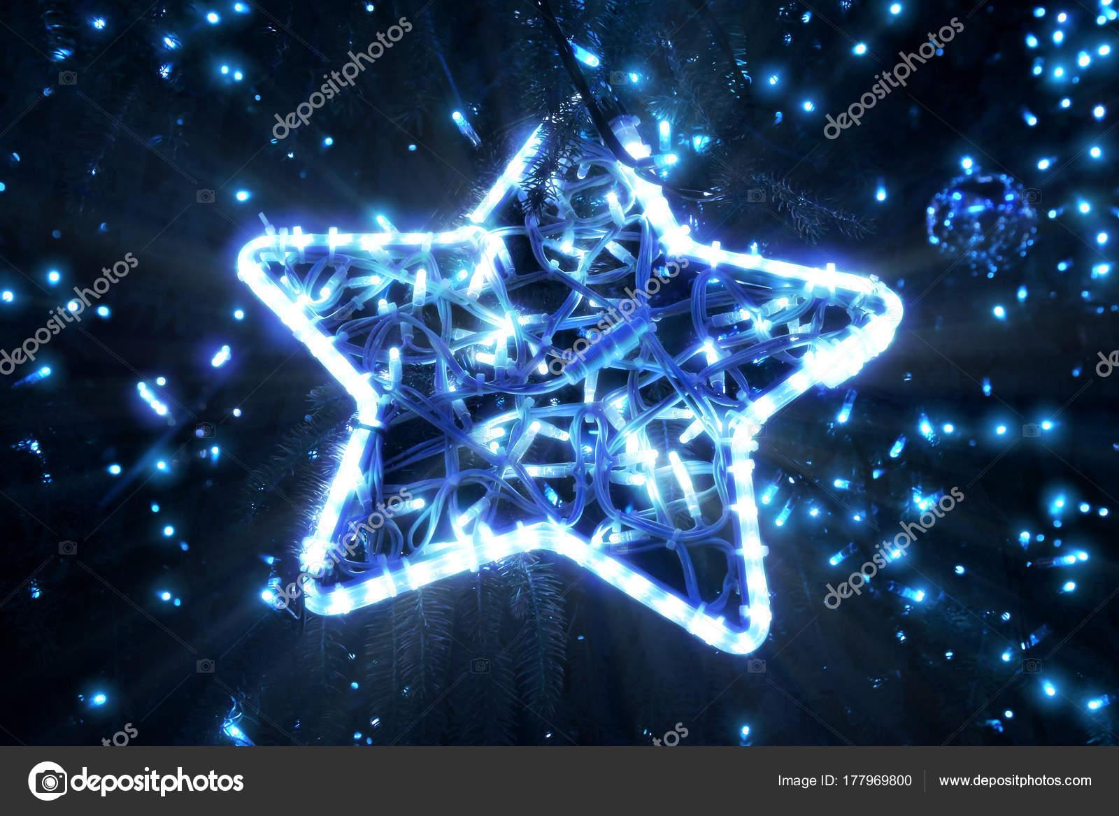 Stella Albero Di Natale Luminosa.Bella Stella Incandescente Luminosa Su Un Albero Di Natale La Sera