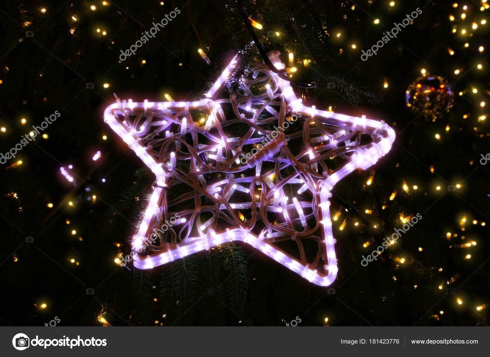 Stella Luminosa Di Natale.Bella Stella Incandescente Luminosa Su Un Albero Di Natale La Sera