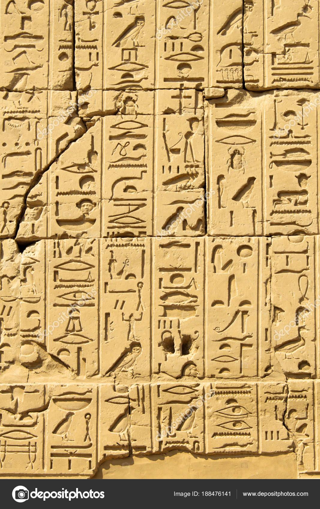 Alte ägyptische Hieroglyphen auf dem Stein in Karnak T geschnitzt ...