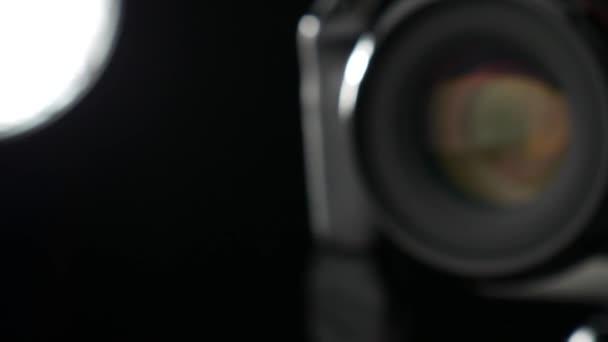 Fényképezőgép objektív rekesz dolgozik. Közelről. Csúszka lövés. 50fps.