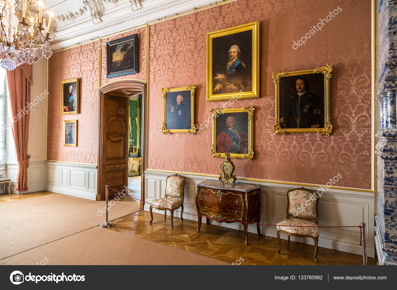 https://st3.depositphotos.com/1000633/13376/i/1600/depositphotos_133760982-stockafbeelding-prachtige-antieke-interieur.jpg