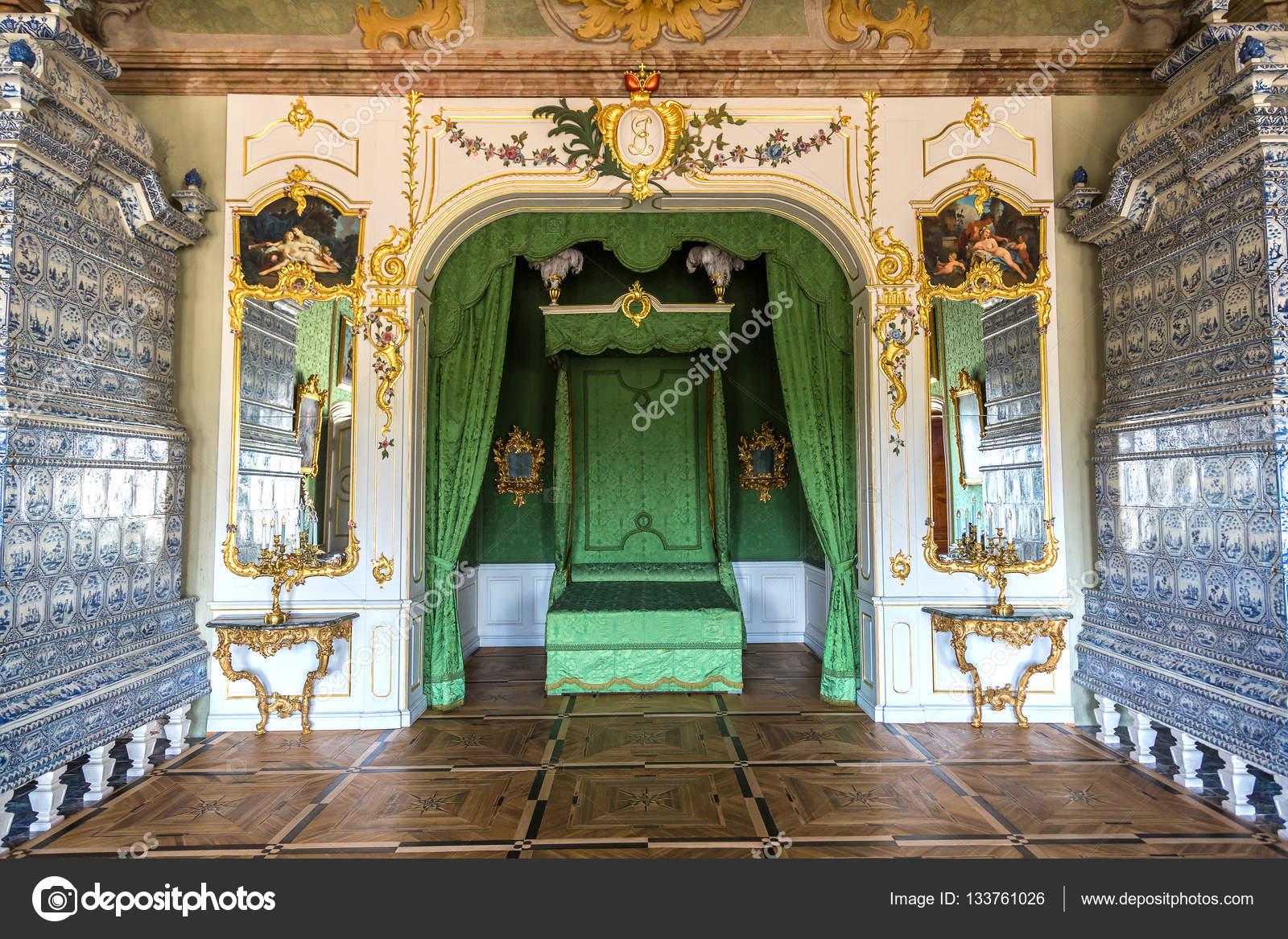 https://st3.depositphotos.com/1000633/13376/i/1600/depositphotos_133761026-stockafbeelding-prachtige-antieke-interieur.jpg