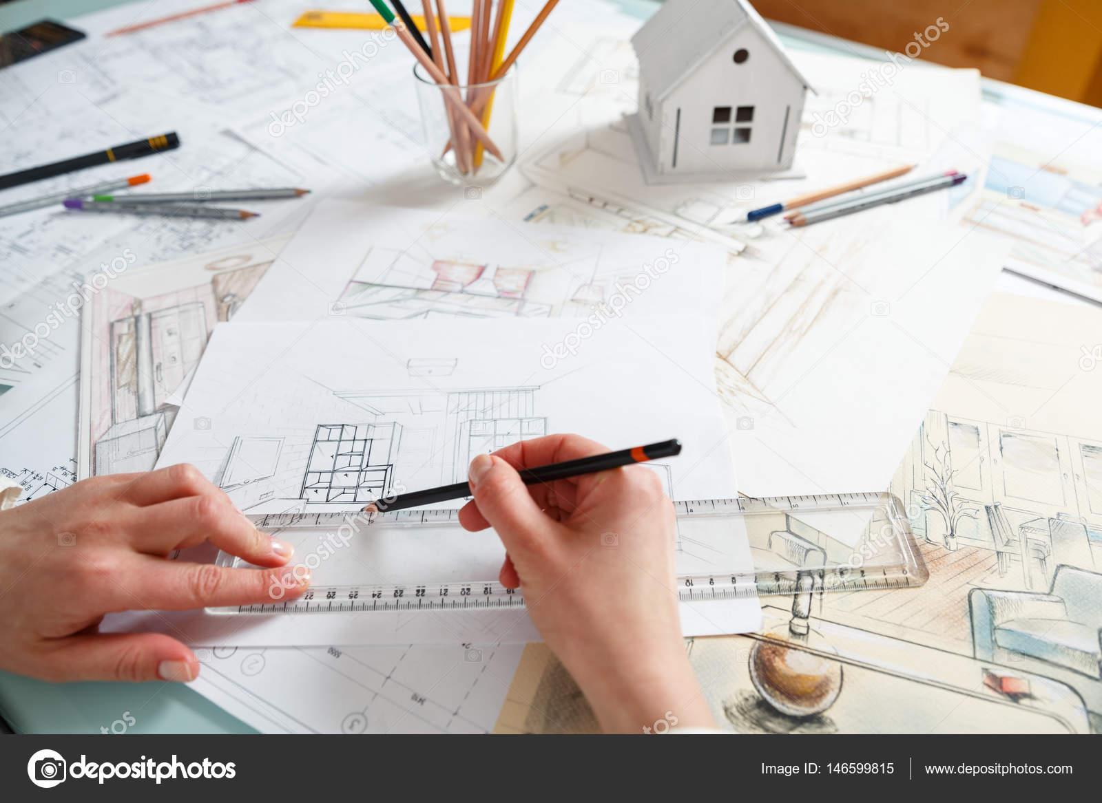 Designer travaille avec la main, dessin d\'intérieur — Photographie ...