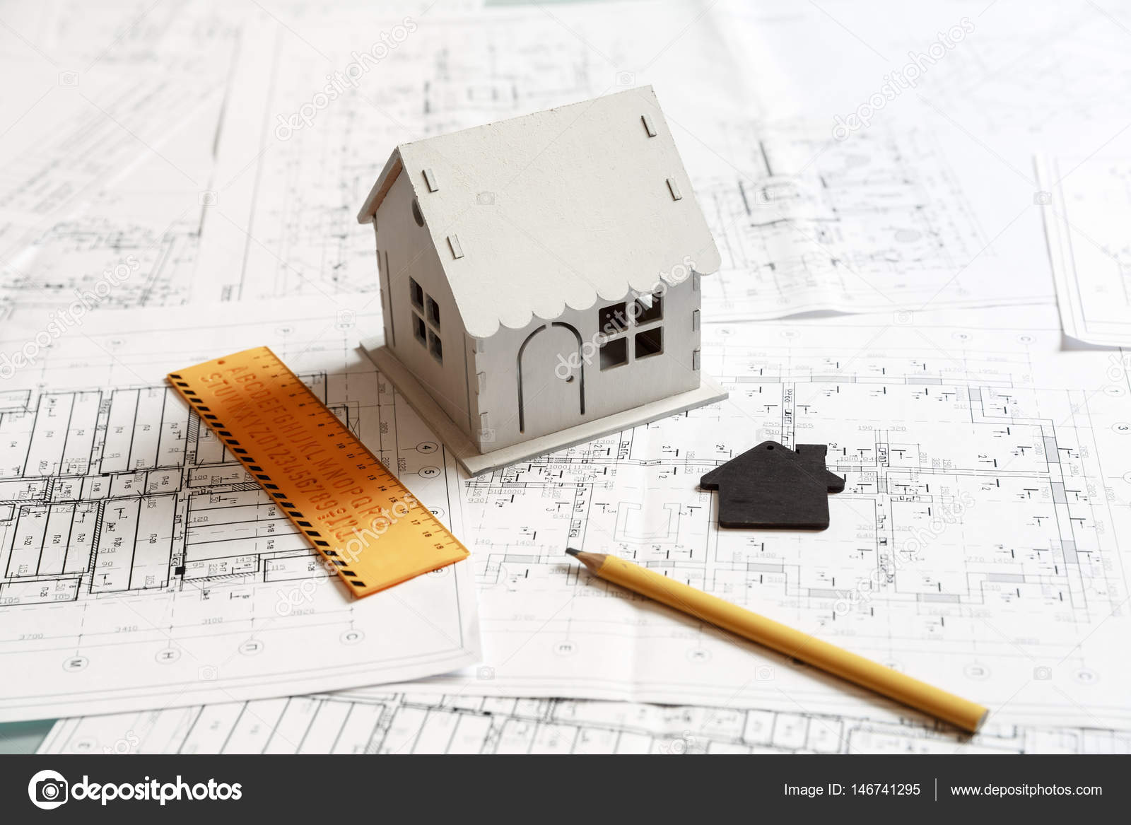 Vue dune maison modèle blanc sur le dessus de plans et des outils de travail darchitecte image de gerasimov