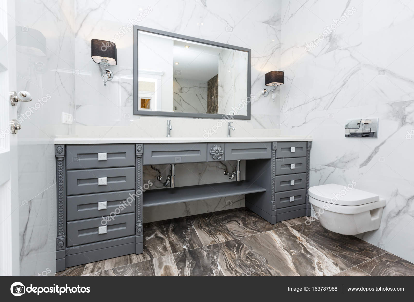Moderne grijze badkamer u stockfoto gerasimov