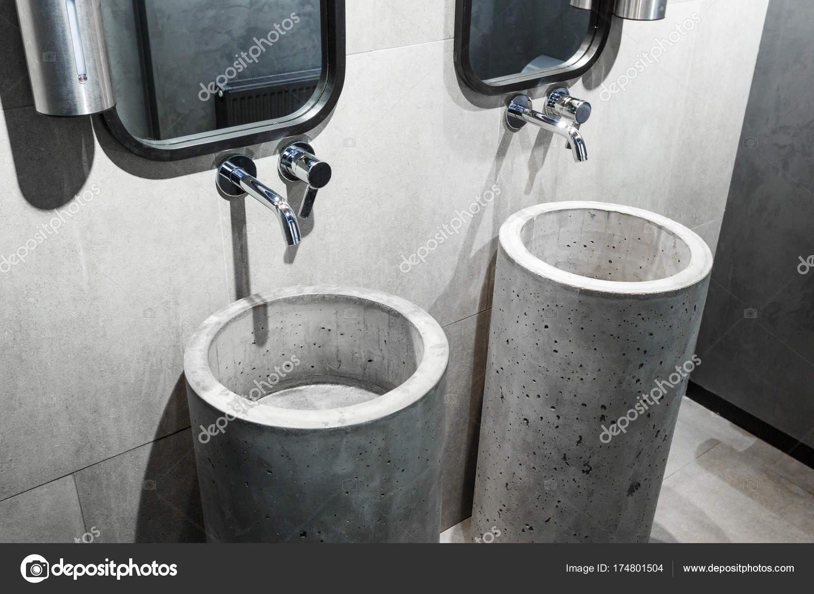 Lavabo in cemento in un interno in stile loft — Foto Stock ...