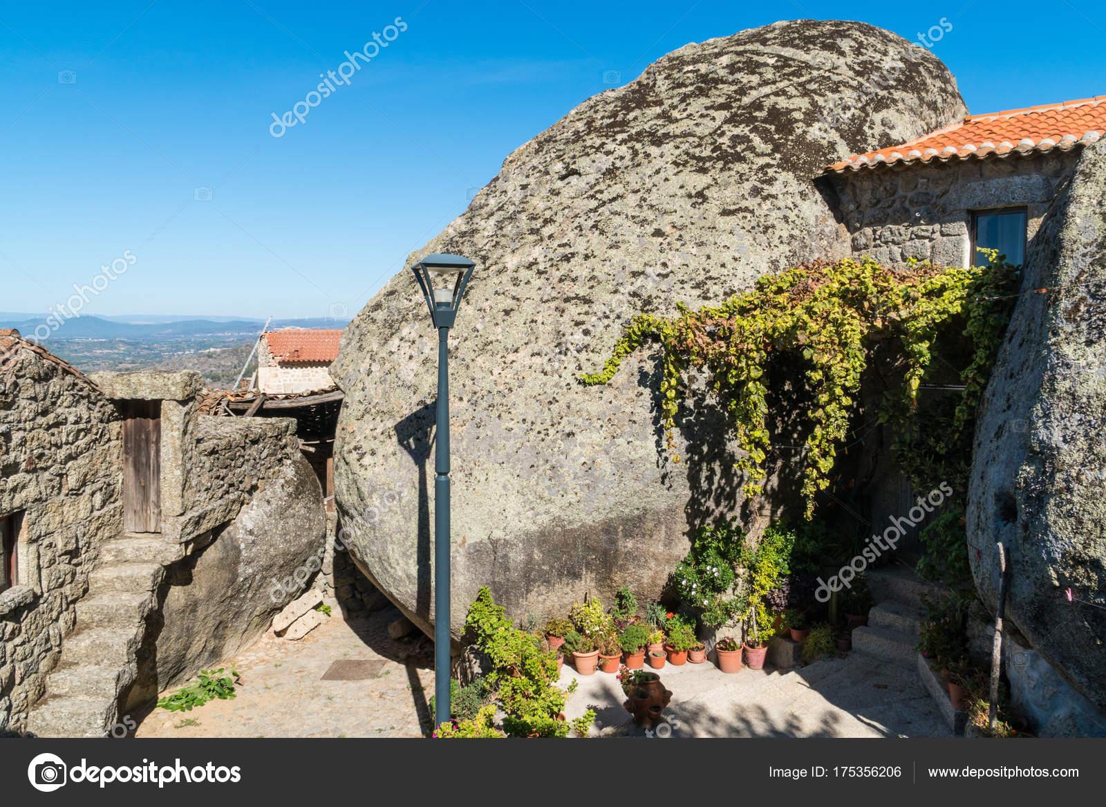 Case In Pietra Antiche : Antiche vie storiche con case in pietra nel villaggio di monsanto