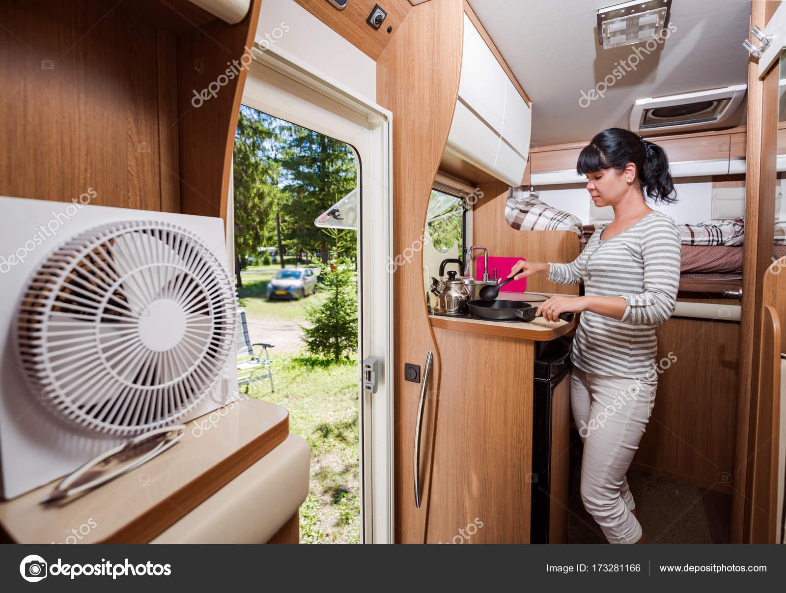 Frau, Kochen im Wohnmobil, Wohnmobil Rv Interieur — Stockfoto ...
