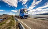 Vozík spěchá po dálnici na pozadí Atlantský oceán R