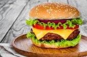 Fotografie Chutné a chutný hamburger, cheesburger
