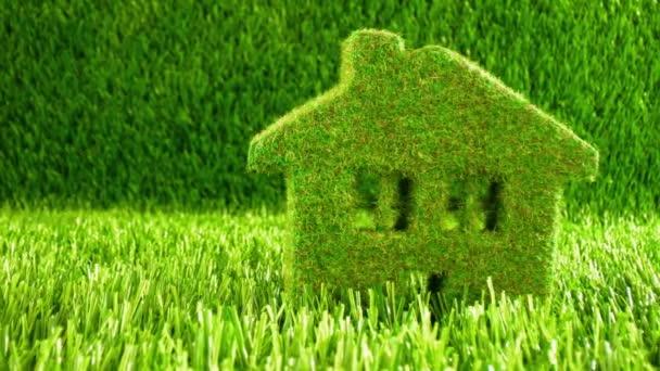 Malý Eco House na zelené trávě. Eco koncept pozadí.