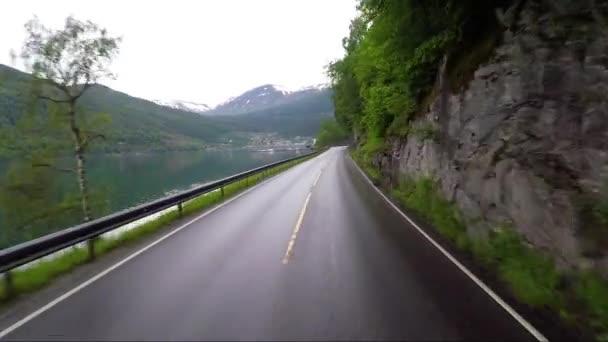 Řízení auta na silnici v Norsku