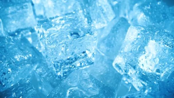Detailní záběr kostek ledu, abstraktní pozadí.