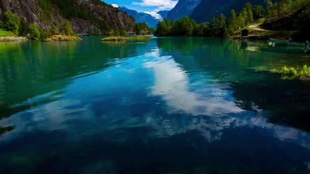 Krásná příroda Norsko přírodní krajina. jezero lovatnet.