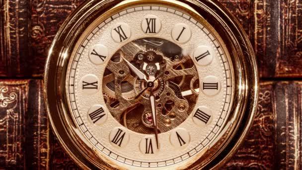 Starožitné vytáčení hodin zblízka. Ročník kapesní hodinky.