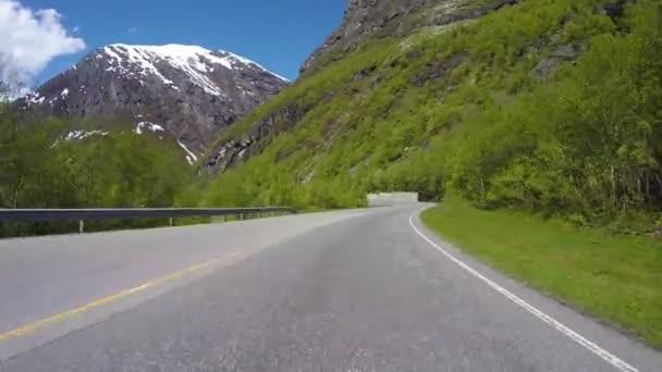 Řízení auta na hadovité silnici v Norsku