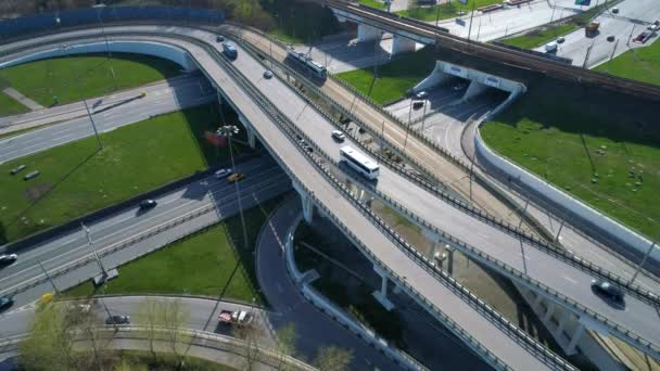 Letecký pohled na křižovatku dálnice. Výstřel ve 4K (ultra-high definition (UHD))