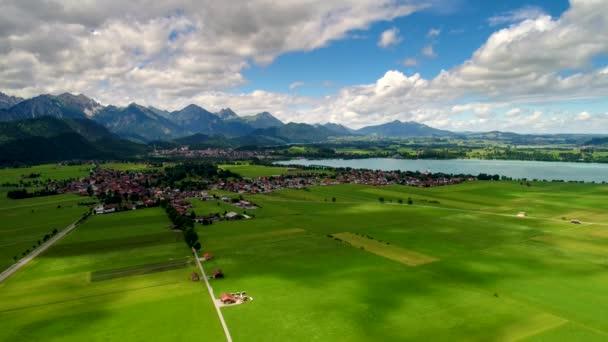 Panorama aus der Luft Forggensee und Schwangau, Deutschland, Bayern. Drohnenflüge aus der Luft.