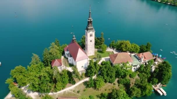 Slowenien - Ferienort aus der Luft am Bleder See. Luftaufnahmen von FPV-Drohnen. Slowenien Schönes Naturschloss Bled.