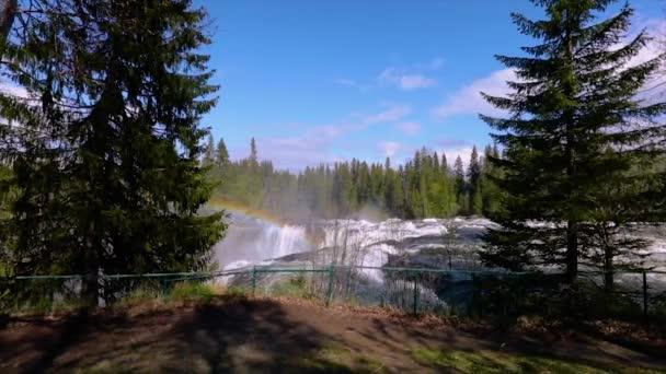 Zpomalení videa Ristafallet vodopád v západní části Jamtlandu je uveden jako jeden z nejkrásnějších vodopádů ve Švédsku.