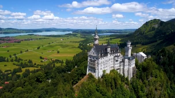 Schloss Neuschwanstein Bayerische Alpen Deutschland. Drohnenflüge aus der Luft.