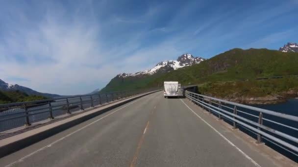 Úhel pohledu vozidla Řízení vozidla VR Karavana se pohybuje po dálnici. Cestovní ruch dovolená a cestování. Krásná příroda Norsko přírodní krajina.