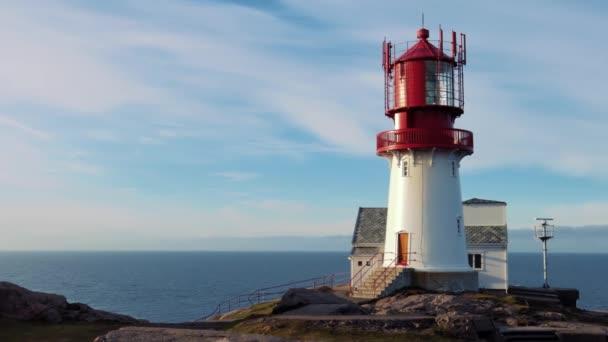 Lindesnes Lighthouse je pobřežní maják na nejjižnějším cípu Norska. Světlo vychází z objektivu Fresnel prvního řádu, který je vidět až na 17 námořních mil