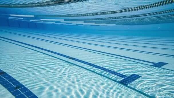 Olympijský plavecký bazén pod vodním pozadím.