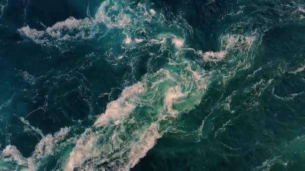 Wellen des Flusses und des Meeres treffen bei Flut und Niedrigwasser aufeinander.