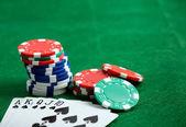 Fotografia Tavolo di casinò verde con chip e schede di gioco