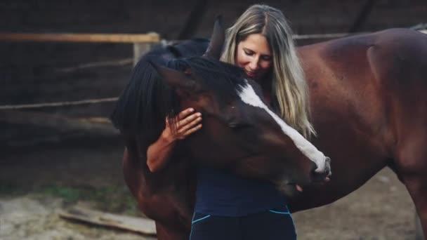 Nő etetés egy ló egy almát a gazdaságban