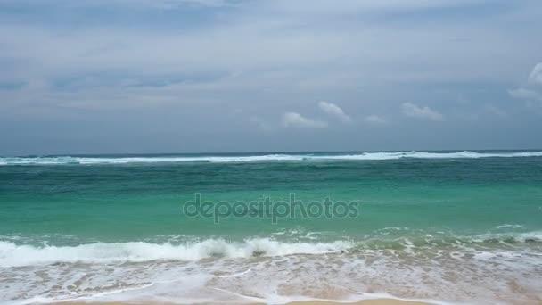 Krásná písečná pláž s tyrkysovou vodou