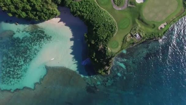 Pohled shora na golfové hřiště, Sandy Beach, oceán a útesy