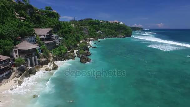 A légi felvétel a szörfözés strand Bingin, Bali