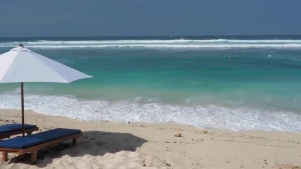 strand széket és esernyő trópusi homokos strand