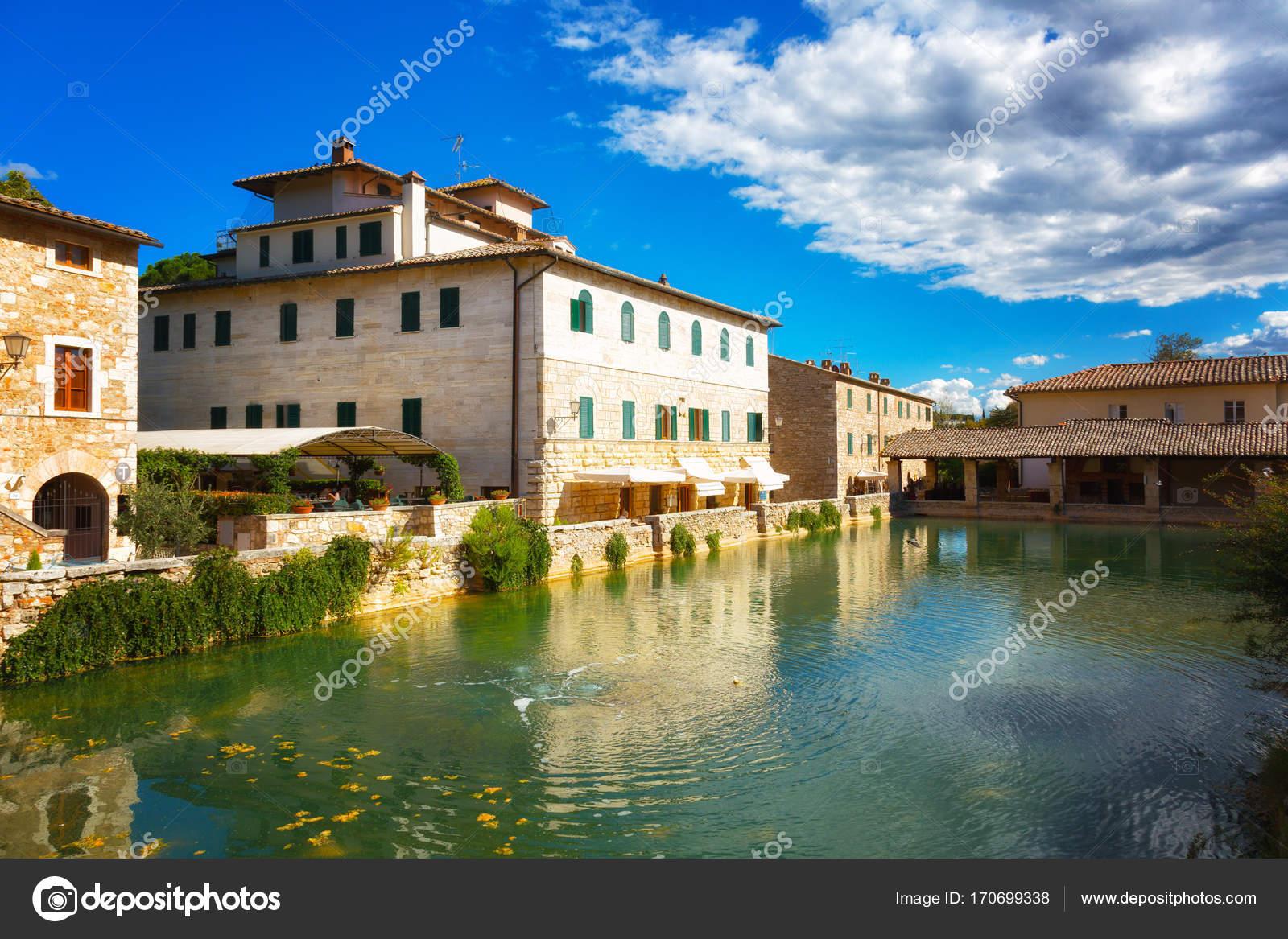 Vecchie Terme nel borgo medievale di Bagno Vignoni — Foto Stock ...