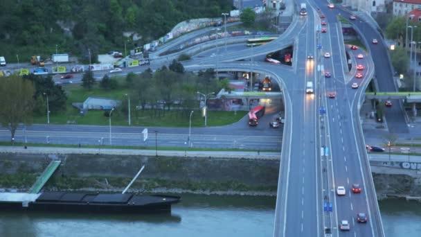 Bratislava, Slovensko - 22. července 2013: Automobilové dopravy ve městě večer na mostě přes Dunaj