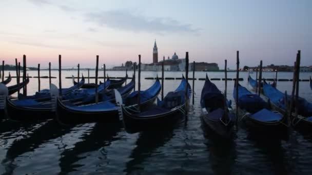 Gondolák lebegnek Grand Canal, Velence, Olaszország