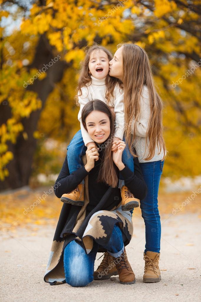 Картинка сестренки на прогулке
