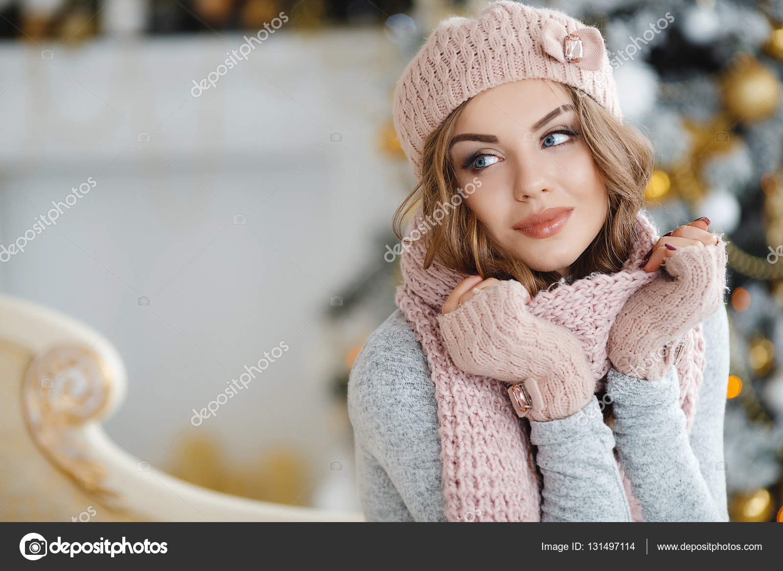 a6262a6cb A red-haired woman in the pink hat near Christmas tree — Stock Photo ...