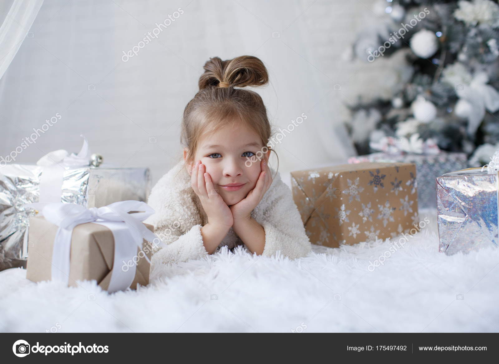Glückliches Kind Jahre Altes Mädchen Den Weihnachtsferien Der Nähe ...
